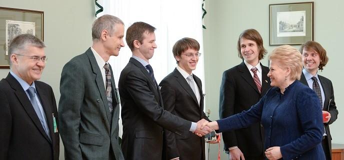 Prezidentė susitinka su pirmųjų lietuviškų palydovų kūrėjais.